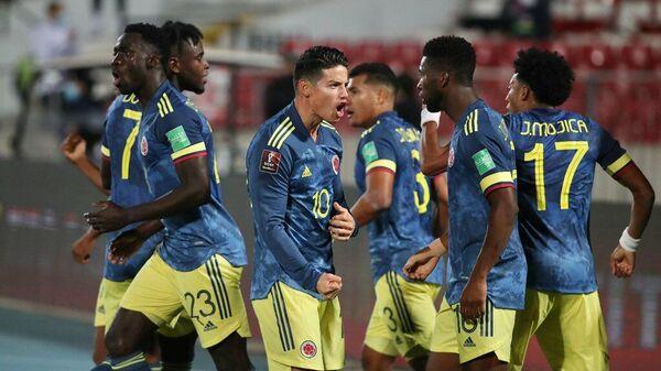 Полузащитник сборной Колумбии по футболу Хамес Родригес с партнерами по команде