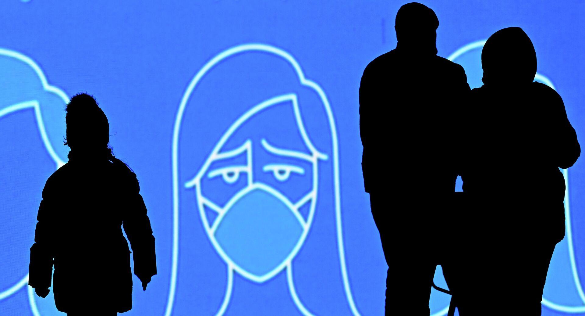 Люди на фоне информационного экрана в Москве - РИА Новости, 1920, 20.11.2020
