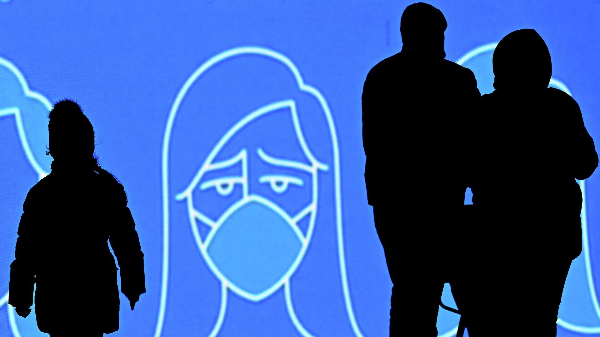 Люди на фоне информационного экрана в Москве - РИА Новости, 1920, 28.11.2020
