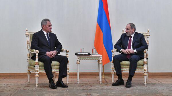 Министр обороны РФ Сергей Шойгу и премьер-министр Армении Никол Пашинян во время встречи в Ереване