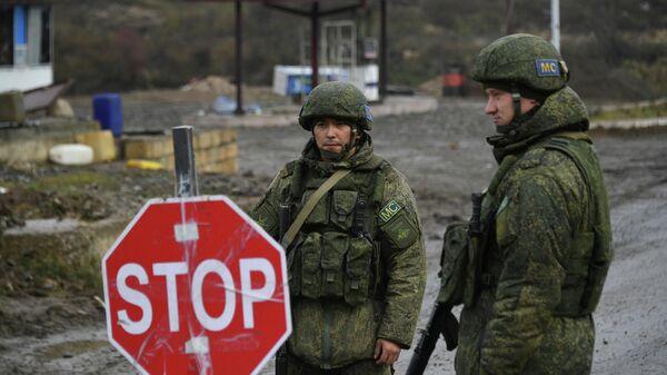 Российские миротворцы обеспечивают контроль за безопасностью передвижения автотранспорта на дороге Степанакерт - Шуша