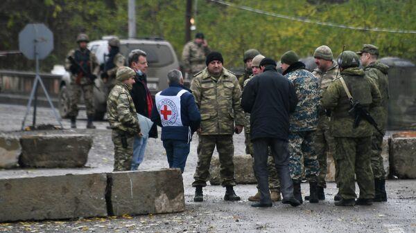 Сотрудники Международного комитета Красного Креста, азербайджанские военные и российские миротворцы возле блокпоста на дороге Степанакерт - Шуша