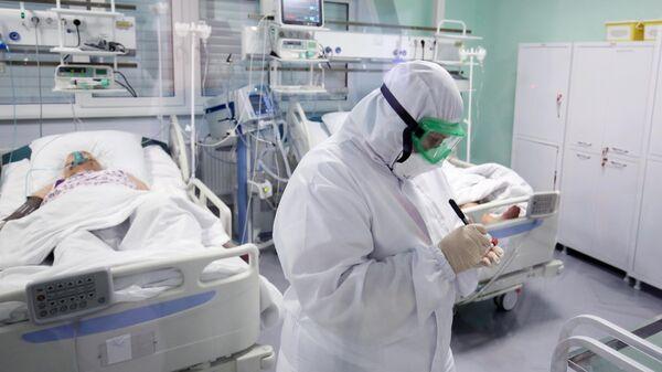 Медицинский работник в реанимационном отделении ГБУЗ Волгоградская областная инфекционная больница №2 в Волгоградской области