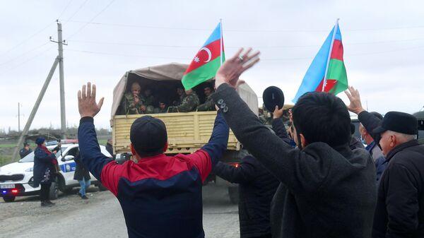 Люди встречают подразделения азербайджанской армии в Агдамском районе
