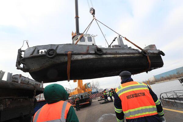Выемка кораблей ГУП Мосводосток из воды