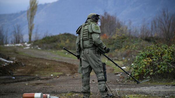 Специалист противоминного центра Минобороны РФ во время выполнения задач по инженерной разведке, разминированию местности, дорог и объектов в Карабахе