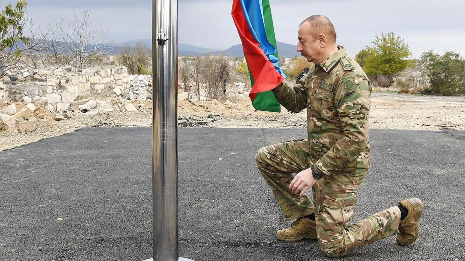 Президент Азербайджана Ильхам Алиев во время поднятия государственного флага Азербайджана в городе Агдам - РИА Новости, 1920, 24.11.2020