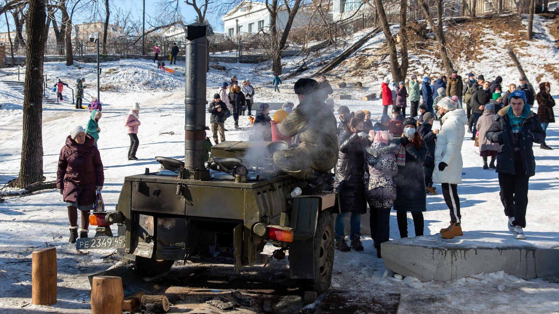 Местные жители стоят в очереди возле полевой кухни во Владивостоке - РИА Новости, 1920, 26.11.2020