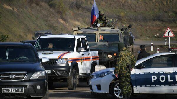 Российские миротворцы во время выполнения задач по инженерной разведке, разминированию местности, дорог и объектов в Карабахе