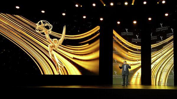 Актер Ричард Кайнд проводит 48-ю Международную церемонию вручения премии Эмми в Нью-Йорке