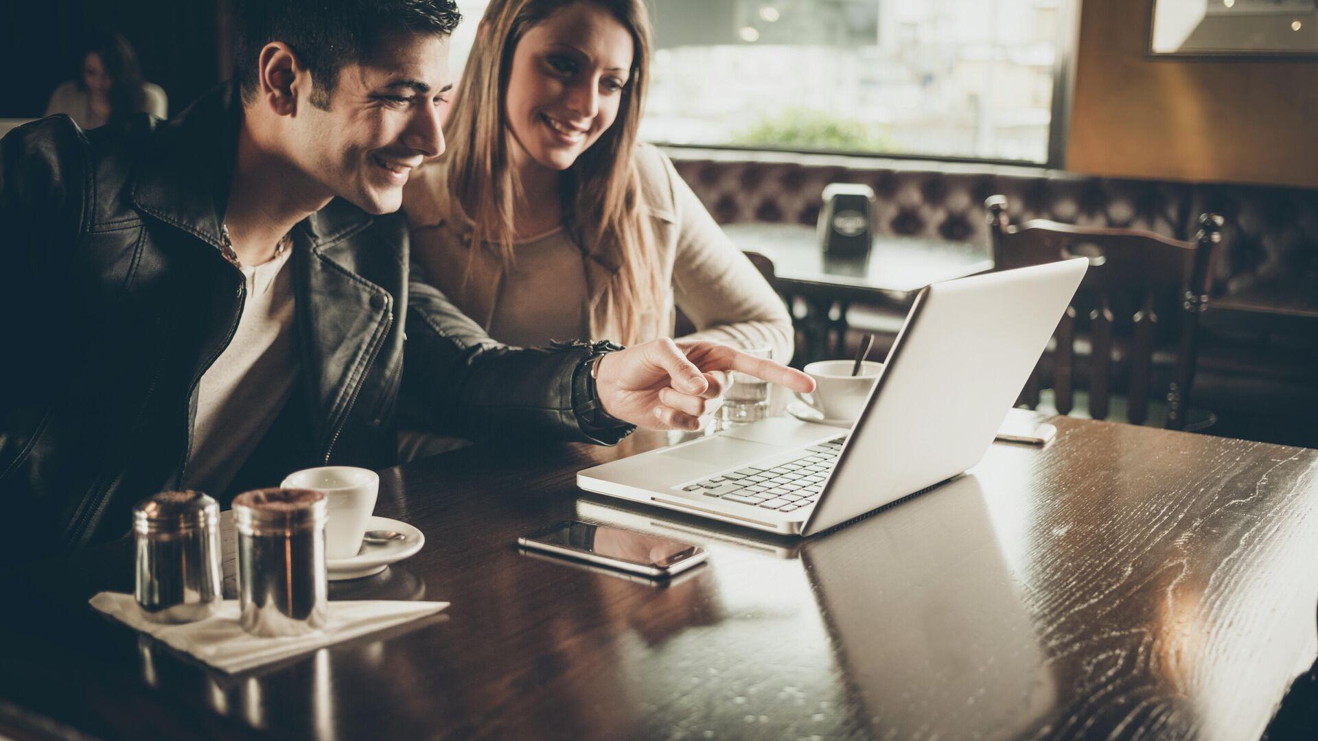 Молодые люди в кафе с ноутбуком - РИА Новости, 1920, 22.02.2021