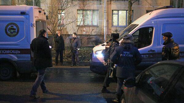 Сотрудники полиции, МЧС и скорой помощи у жилого дома в городе Колпино Ленинградской области, где мужчина удерживал детей