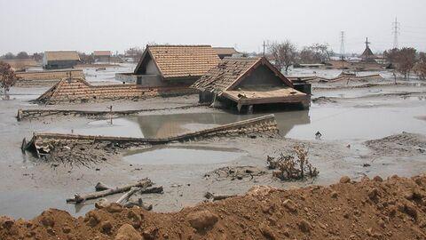 Дома, утонувшие в грязи вулкана Сидоарджо на острове Ява