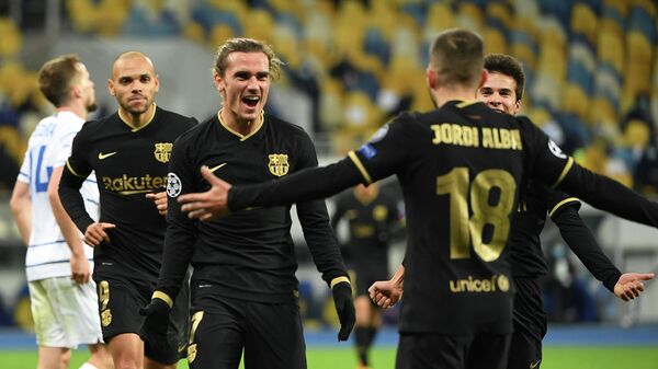 Barcelona's French midfielder Antoine Griezmann (C) celebrates with teammates after scoring his team's fourth goal during the UEFA Champions League group G football match between Dynamo Kiev and Barcelona at the Olympiyskiy stadium in Kiev on November 24, 2020. (Photo by Sergei SUPINSKY / AFP)