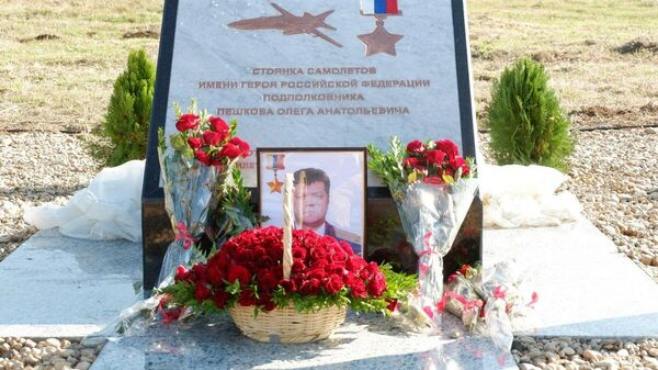 Памятный знак О. Пешкову открыли на базе ВКС РФ в Хмеймиме