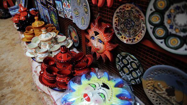 Керамические изделия в гончарной мастерской деревни Геллала на острове Джерба в Тунисе