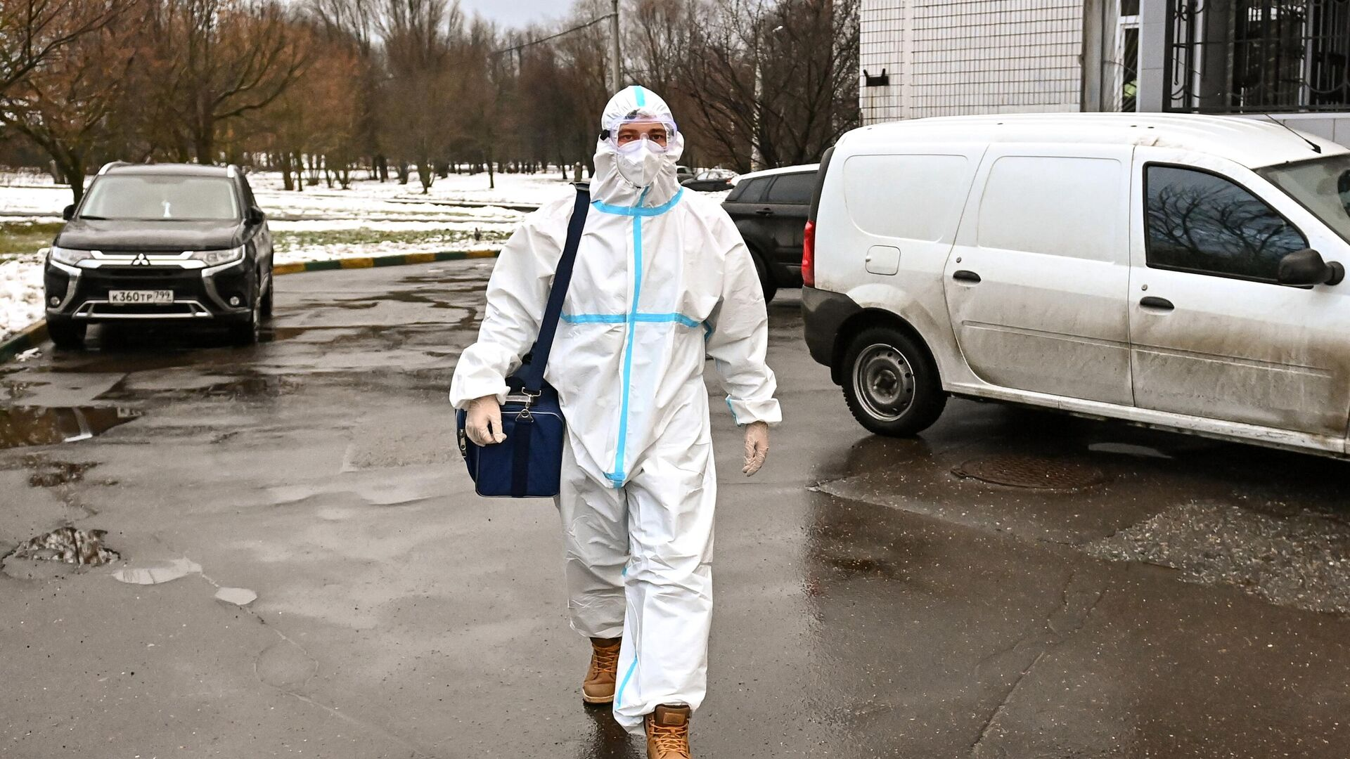 Фельдшер перед визитом к пациенту на дом в Москве - РИА Новости, 1920, 24.02.2021