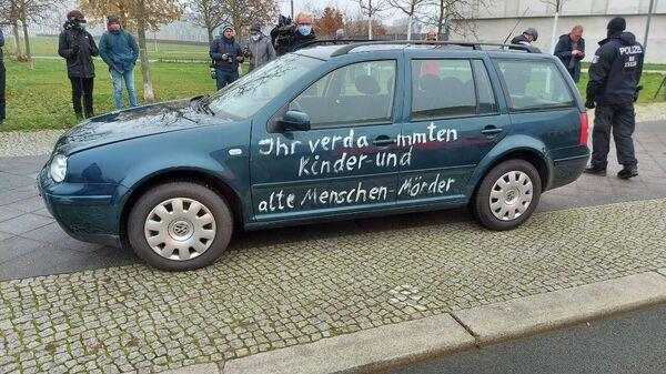 Автомобиль, который врезался в ограждение ведомства федерального канцлера Германии Ангелы Меркель в Берлине