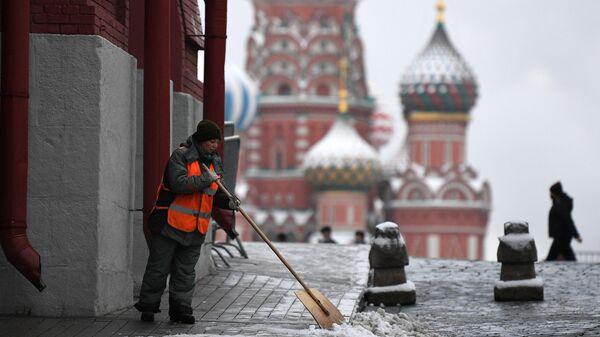 Сотрудник коммунальных служб во время уборки снега в Москве