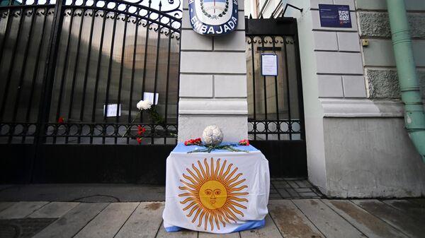Цветы и футбольный мяч у посольства Аргентины в Москве в память о футболисте Диего Армандо Марадоне