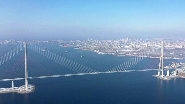 Очистка вант Русского моста от наледи во Владивостоке