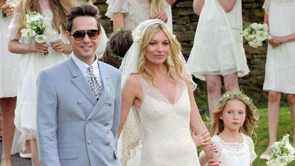 Британская модель Кейт Мосс и британский гитарист Джейми Хинс после свадебной церемонии