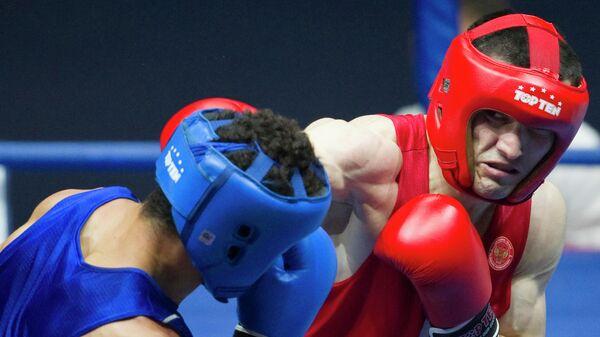 Российский боксер Артур Бетербиев (в красной форме)