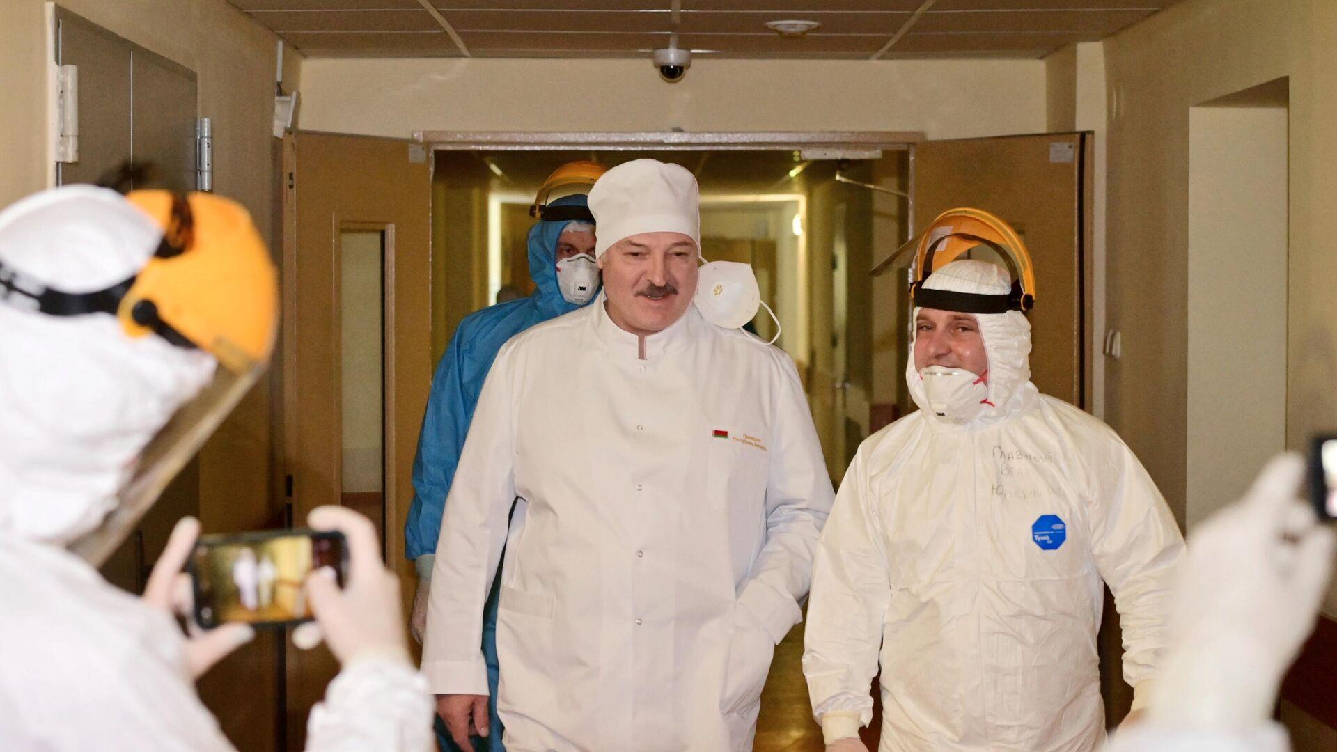 Президент Белоруссии Александр Лукашенко во время посещения 6-й городской клинической больницы Минска - РИА Новости, 1920, 27.11.2020