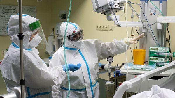 Медицинские работники в отделении реанимации и интенсивной терапии в госпитале COVID-19 в городской клинической больнице № 52 в Москве.