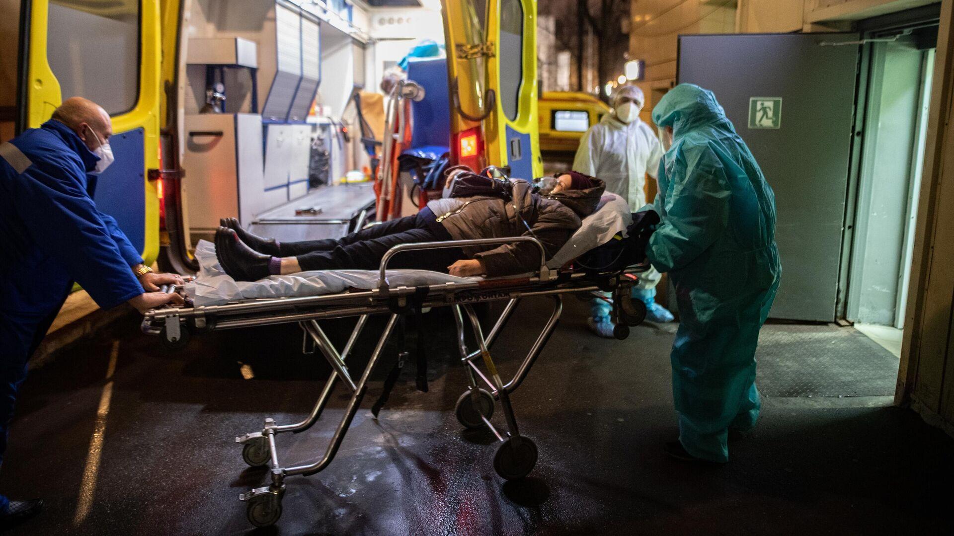 Медицинские работники доставляют пациента из машины скорой помощи в приемное отделение госпиталя COVID-19 в городской клинической больнице № 52 в Москве - РИА Новости, 1920, 28.01.2021
