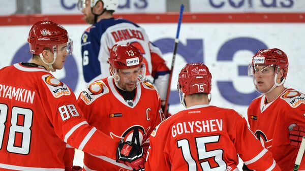 Хоккеисты Автомобилиста радуются забитой шайбе Павла Дацюка (в центре)