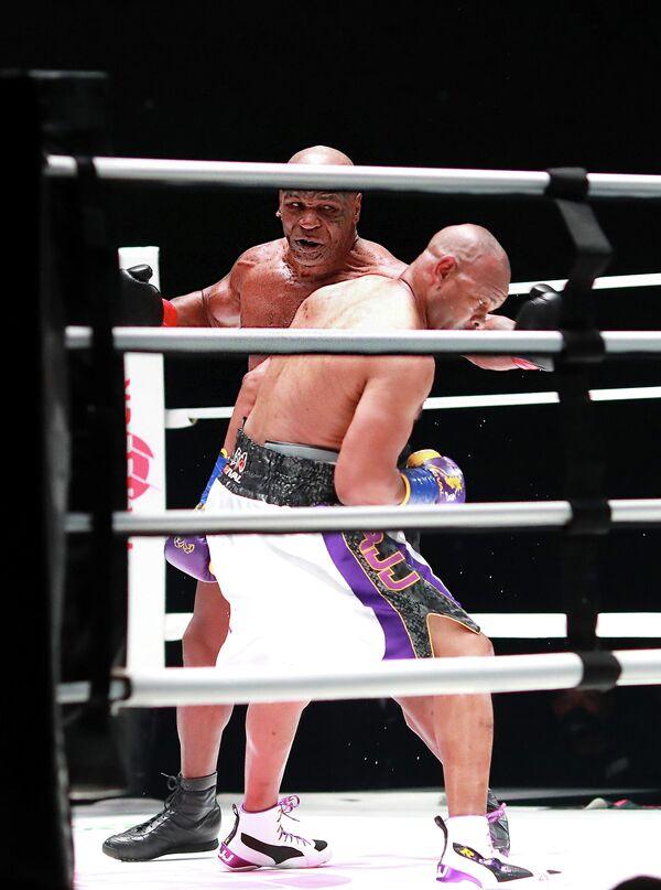 Майк Тайсон и Рой Джонс во время показательного боя в Лос-Анджелесе
