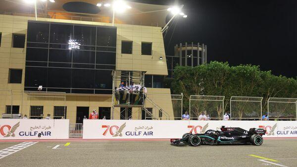Пилот Мерседеса Льюис Хэмилтон на финише Гран-при Бахрейна