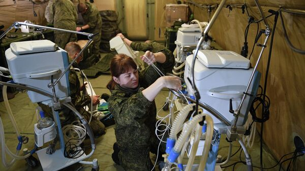 Российские военнослужащие проводят монтаж оборудования на территории мобильного полевого госпиталя неподалеку от Степанакерта