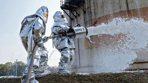 Сотрудники пожарной службы МЧС РФ во время командно-штабных учений по тушению нефтехранилищ в Шалинском районе