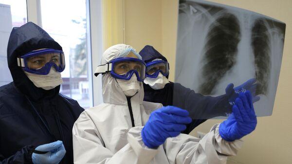 Медицинские работники ковид-госпиталя рассматривают рентген легких
