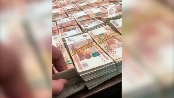 Кадры обнаружения тайника с деньгами на краснодарском кладбище