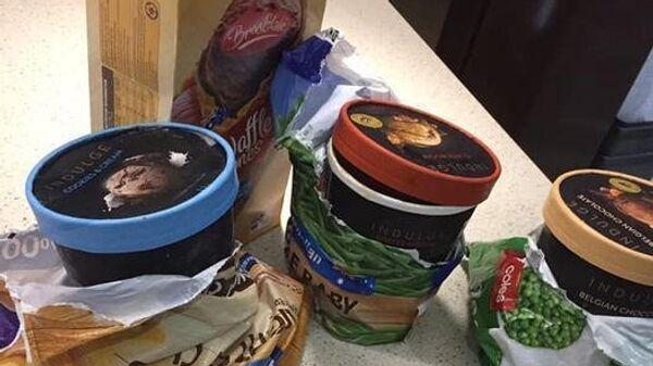 Контейнеры с мороженым в пакетах из-под замороженных овощей