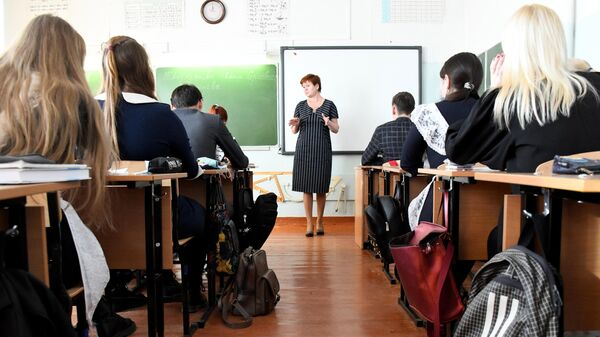 Учащиеся во время урока в общеобразовательной школе №42 города Читы