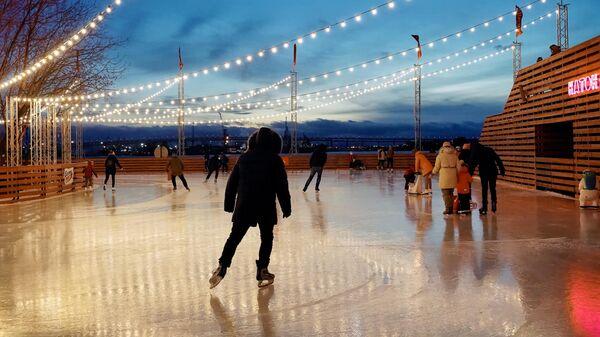 Посетители нового зимнего катка в арт-пространстве Севкабель порт в Санкт-Петербурге
