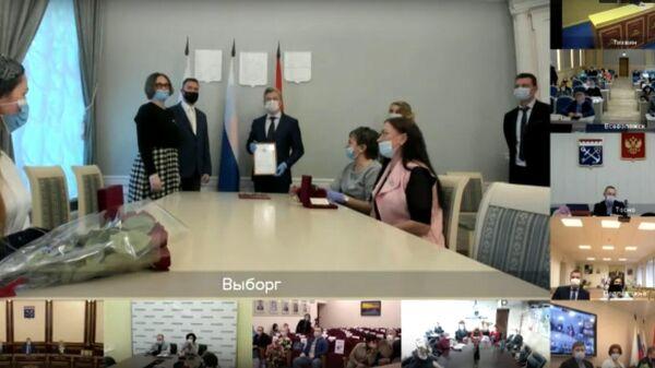 Стоп-кадр онлайн-трансляции вручения знака отличия Слава матери многодетным матерям в Ленинградской области