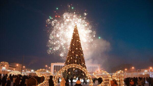 Праздничный салют на торжественной церемонии зажжения огней на первой новогодней елке страны в Якутске
