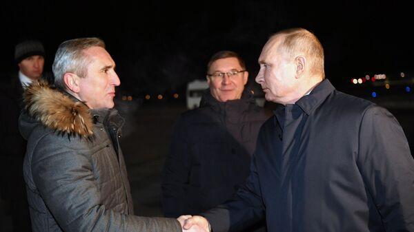 Президент РФ Владимир Путин во время встречи в аэропорту города Тобольска