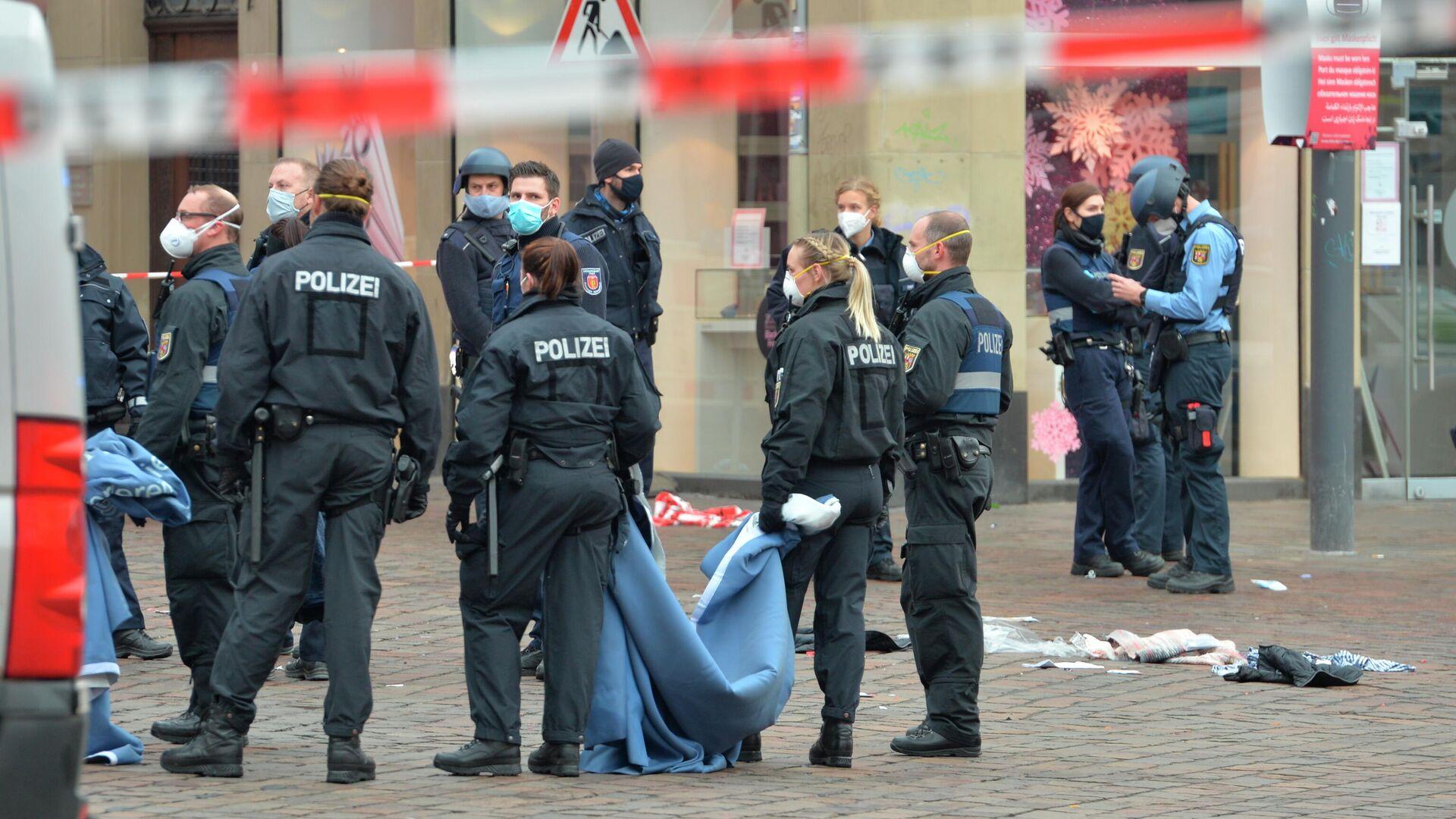 Сотрудники полиции на месте наезда на пешеходов в городе Трир, Германия - РИА Новости, 1920, 01.12.2020