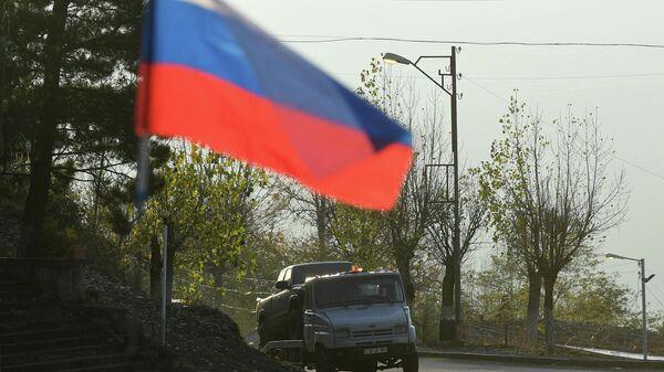 Флаг российских миротворцев на одной из улиц в городе Лачин (Бердзор) в Нагорном Карабахе