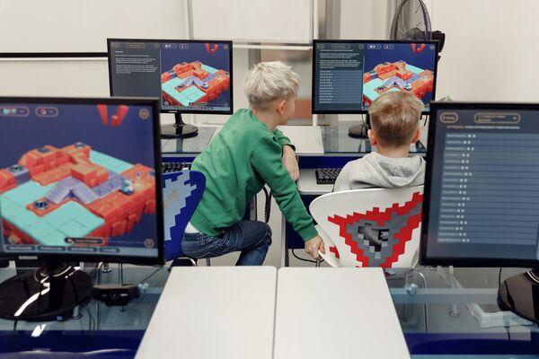Школьники занимаются по цифровому учебнику Кибер Книга