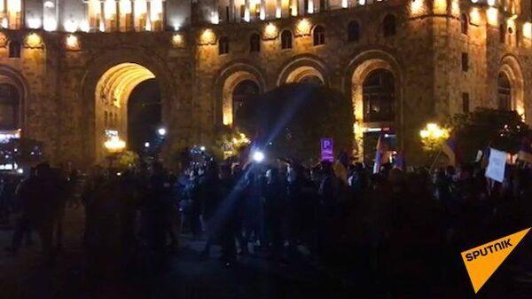 Кадры митинга у здания правительства в Ереване