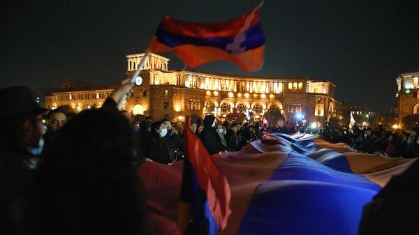 Участники шествия оппозиции на площади Республики в Ереване с требованием отставки премьер-министра Армении Никола Пашиняна