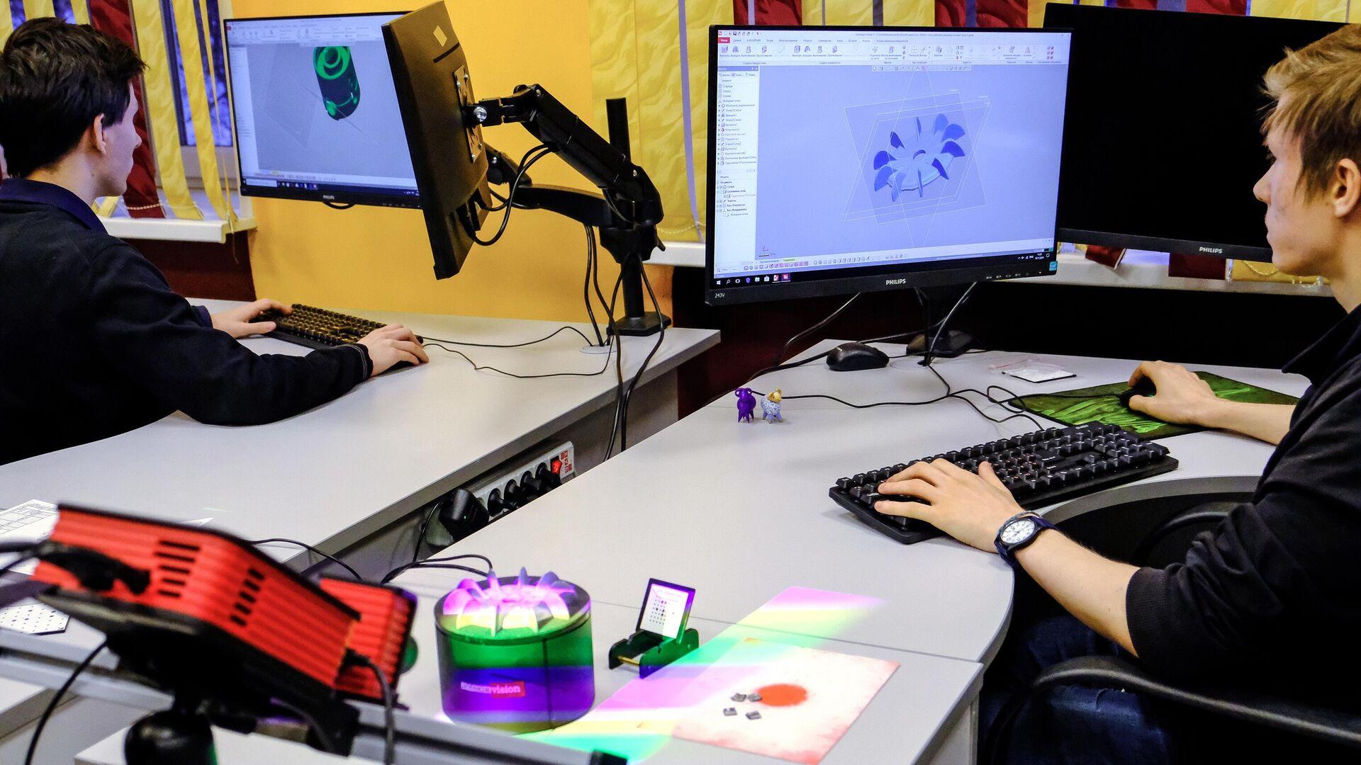 Учащиеся работают на 3-D сканере в модернизированном классе - РИА Новости, 1920, 04.12.2020