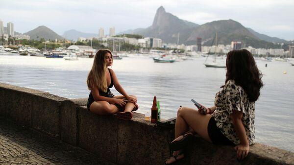 Девушки отдыхают возле бара в Рио-де-Жанейро
